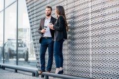 Couples d'affaires à l'extérieur Photographie stock