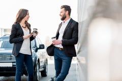 Couples d'affaires à l'extérieur Photos libres de droits