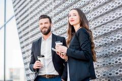 Couples d'affaires à l'extérieur Photos stock
