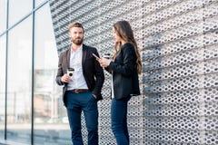Couples d'affaires à l'extérieur Image stock
