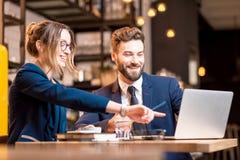 Couples d'affaires au café Images libres de droits
