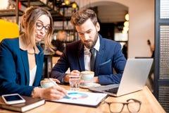 Couples d'affaires au café Image libre de droits
