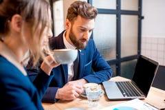 Couples d'affaires au café Photos stock