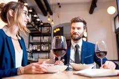 Couples d'affaires au restaurant Photo stock