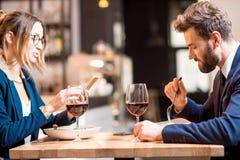 Couples d'affaires au restaurant Photos stock