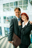 Couples d'affaires dans un immeuble de bureaux Photographie stock