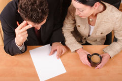 Couples d'affaires fonctionnant au-dessus du contrat Photos libres de droits