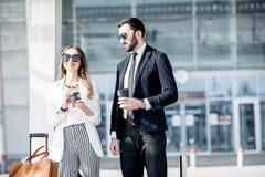 Couples d'affaires près de l'aéroport Image libre de droits