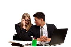 Couples d'affaires se reposant à la table images libres de droits