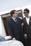 Couples d'affaires se tenant ensemble à l'aérodrome Images libres de droits