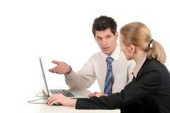 Couples d'affaires travaillant sur l'ordinateur portatif Photos stock