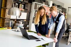 Couples d'affaires utilisant l'ordinateur portatif Photos libres de droits