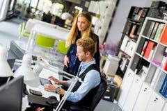 Couples d'affaires utilisant l'ordinateur portatif Image stock