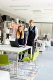 Couples d'affaires utilisant l'ordinateur portatif Image libre de droits