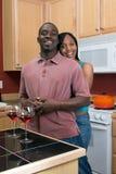 Couples d'Afro-américain étreignant dans la cuisine Photographie stock libre de droits