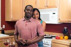 Couples d'Afro-américain dans la cuisine Images libres de droits
