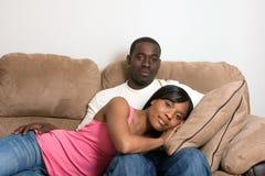Couples d'Afro-américain dans leur salle de séjour Photo stock
