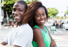 Couples d'afro-américain de nouveau au dos dans la ville Image stock
