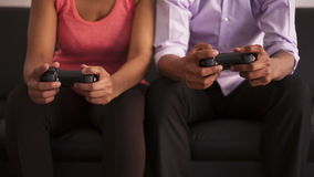 Couples d'afro-américain jouant des jeux vidéo banque de vidéos