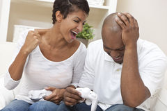 Couples d'Afro-américain jouant le jeu vidéo Image stock