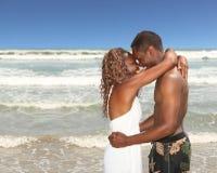 Couples d'Afro-américain sur la plage heureuse et dedans Photos stock
