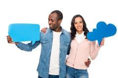 couples d'afro-américain tenant des bulles de la parole et souriant à l'appareil-photo Image stock