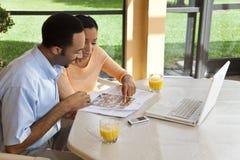 Couples d'Afro-américain utilisant l'ordinateur portable Image stock