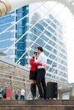 Couples d'amant étreignant extérieurs après voyage de voyage Image stock