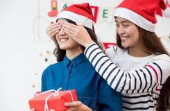 Couples d'amants de fille de l'Asie, oeil étroit d'amie à l'ami de surprise Photographie stock libre de droits