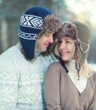 Couples d'amants heureux de portrait jeunes ensemble en hiver images libres de droits