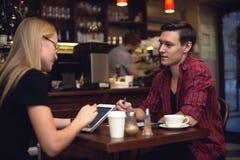 Couples d'ami dans le café causant et buvant Photo libre de droits