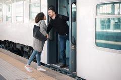 Couples d'amour étreignant avant de partir sur le train photographie stock libre de droits