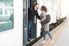 Couples d'amour étreignant avant de partir sur le train photos stock