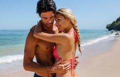 Couples d'amour appréciant la lune de miel sur la plage tropicale Photographie stock