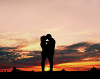 Couples d'amour au coucher du soleil Photo stock