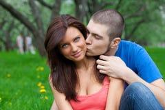 Couples d'amour. baiser de garçon une fille Images stock