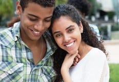 Couples d'amour dans des bras dans les vacances Photos libres de droits