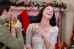 Couples d'amour dans la nuit de Noël Photos libres de droits