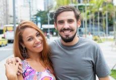 Couples d'amour de hippie extérieurs dans la ville Photos stock