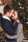 Couples d'amour de vue supérieure étreignant la cheminée de Noël Images libres de droits