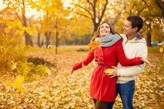 Couples d'amour en automne marchant en parc Photographie stock