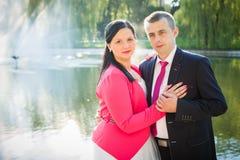 Couples d'amour en stationnement Images libres de droits