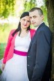 Couples d'amour en stationnement Photo stock