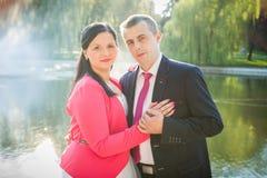 Couples d'amour en stationnement Photographie stock