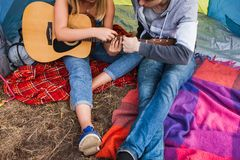 Couples d'amour jouant de guitare le concept ensemble Photos libres de droits