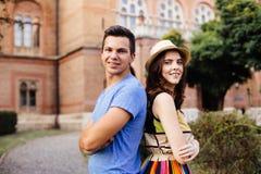 Couples d'amour marchant dans les rues de ville Photo libre de droits