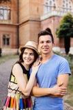 Couples d'amour marchant dans les rues de ville Photos stock