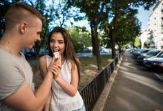 Couples d'amour s'amusant société du ` s Photos libres de droits