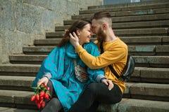 Couples d'amour se reposant ensemble sur des étapes Photo stock