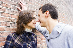 Couples d'amour semblant heureux sur le fond de mur Photo stock